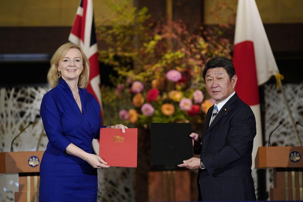 Bộ trưởng Ngoại giao Nhật Bản Toshimitsu Motegi (R) và Bộ trưởng Thương mại Quốc tế Anh Liz Truss chụp ảnh tại Tokyo vào ngày 23 tháng 10 năm 2020, sau khi ký một thỏa thuận thương mại tự do song phương hậu Brexit.