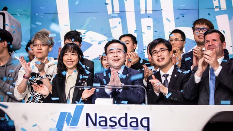 Chen Rui, chủ tịch kiêm nhà đầu tư lớn nhất của Bilibili (giữa), hoan nghênh các nhân viên trong đợt phát hành cổ phiếu lần đầu ra công chúng tại Mỹ vào năm 2018. © Getty Images