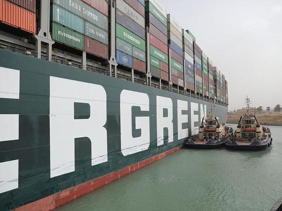 Tàu Ever Given do Công ty Evergreen Marine điều hành bị chặn tại kênh đào Suez. Ảnh: Reuters