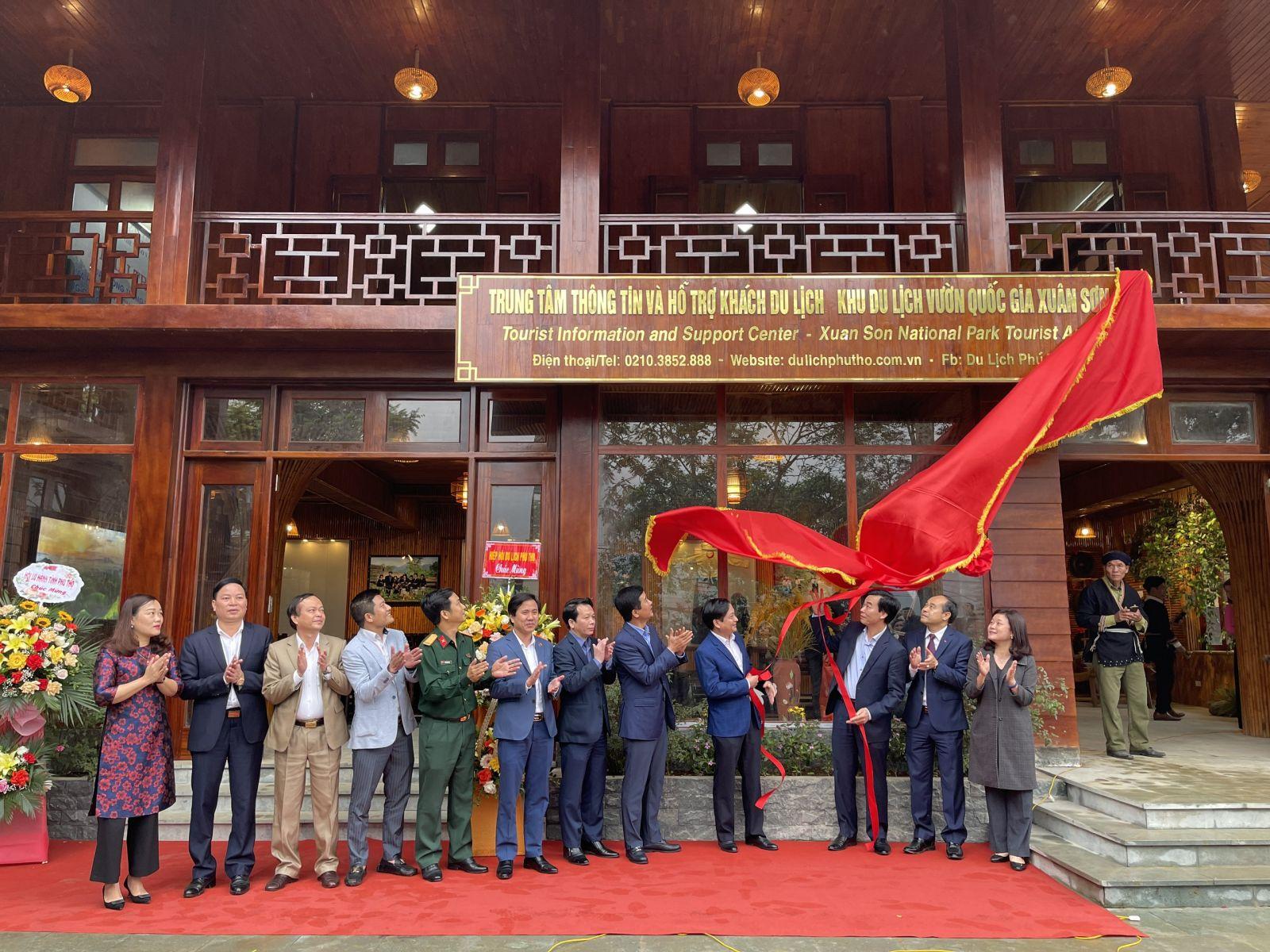 Các đồng chí lãnh đạo tỉnh Phú Thọ kéo rèm chính thức đưa trung tâm thông tin và hỗ trợ khách du lịch vào hoạt động