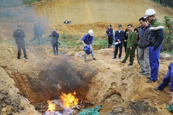 Lực lượng chức năng tỉnh Lào Cai tổ chức tiêu hủy cá tầm Trung Quốc nhập lậu ngày 10/2/2017