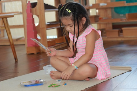 Trẻ phát triển toàn diện với phương pháp giáo dục sớm Montessori