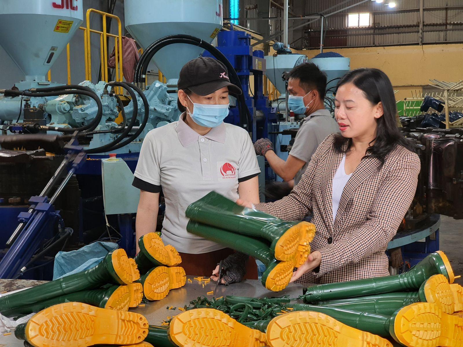 Giám đốc Nguyễn Thị Dung luôn là người gần gũi, quan tâm, chia sẻ mọi khó khăn với người lao động, chăm lo đời sống người lao động.