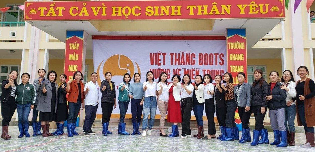 Công ty TNHH Sản xuất - Thương Mại và Dịch vụ Việt Thắng tặng ủng cho giáo viên một trường học ở vùng lũ tỉnh Quảng Bình tháng 11 năm 2020