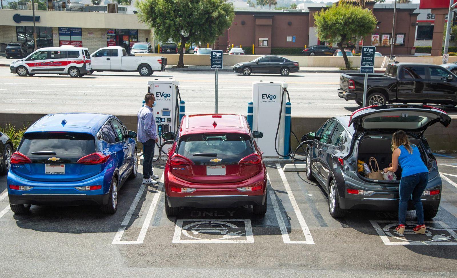 Các tài xế nạp pin cho dòng xe Chevrolet Bolts của GM.