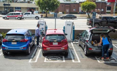 Kế hoạch nâng cấp cơ sở hạ tầng của Biden tạo cú hích cho các công ty xe điện như Tesla và GM