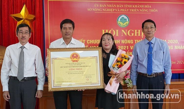 Ông Đinh Văn Thiệu – Phó Chủ tịch UBND tỉnh (bìa phải) trao quyết định công nhận cho các xã đạt chuẩn nông thôn mới năm 2020.