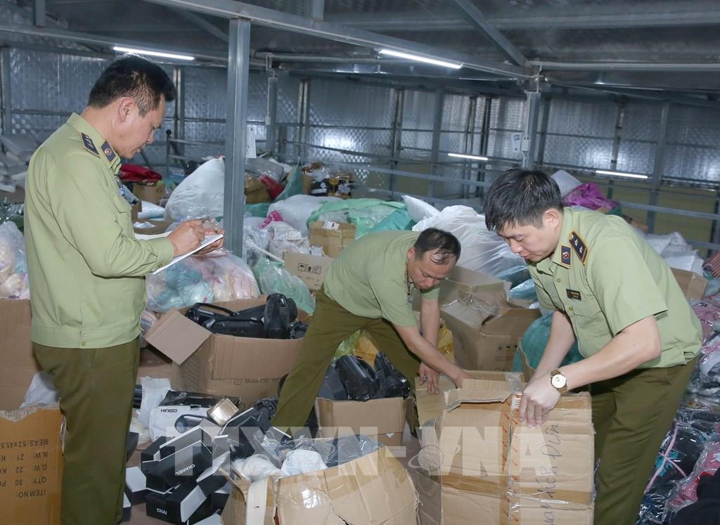 Lực lượng chức năng kiểm đếm và tiến hành niêm phong số hàng hóa