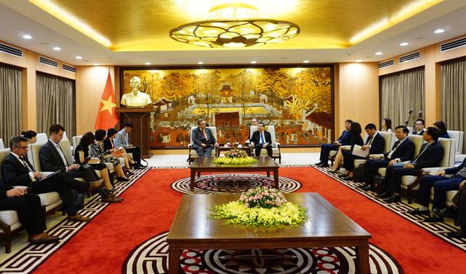 Chủ tịch UBND thành phố Hà Nội Chu Ngọc Anh tiếp Đại sứ Phần Lan tại Việt Nam Kari Kahiluoto.