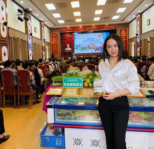 CEO Nguyễn Hoàng Kim Oanh cùng sản phẩm Ngũ cốc Túc Mạch tại sự kiện