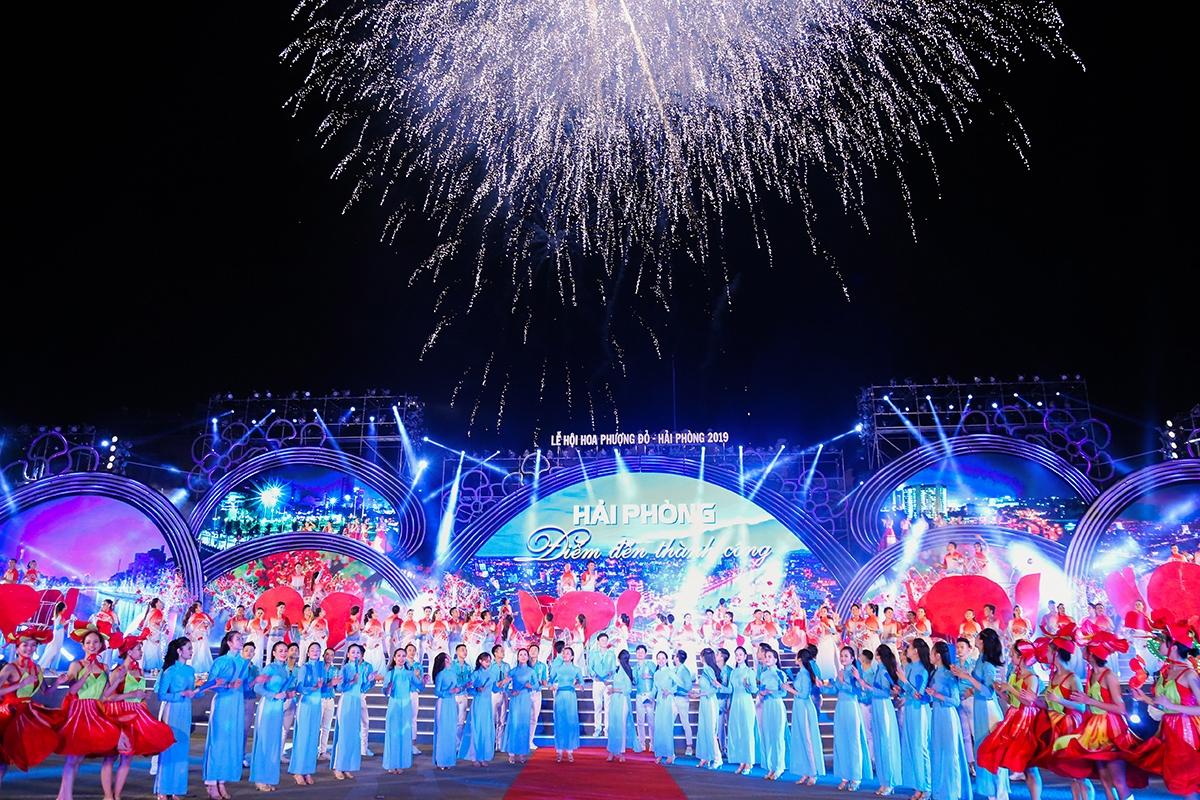 Lễ hội Hoa Phượng Đỏ năm 2021 dự kiến tối ngày 11/05 diễn ra đêm hội chính thức.