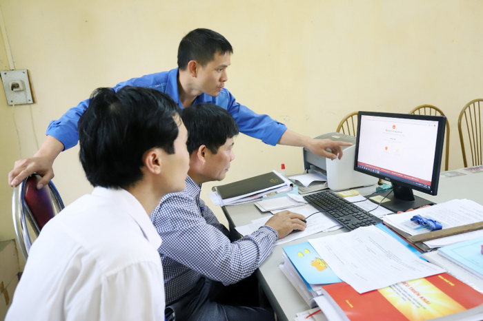 Nhân viên VNPT Phú Thọ hướng dẫn cho cán bộ cấp xã chứng thực bản sao điện tử tử bản chính trên Cổng DVCQG