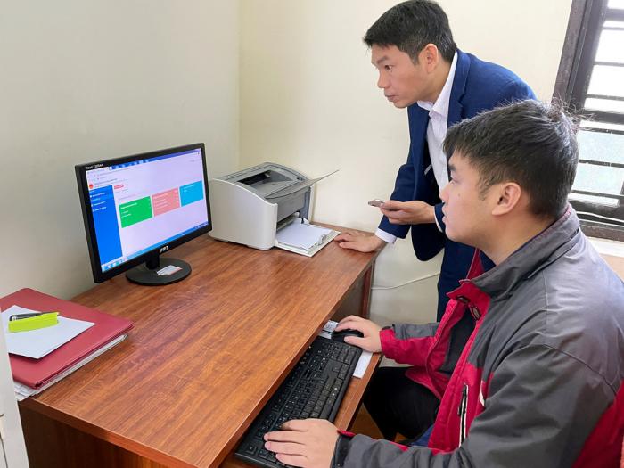 Cán bộ xã Minh Nông, Việt trì đang thực hiện cấp bản sao chứng thực trên Cổng DVCQG