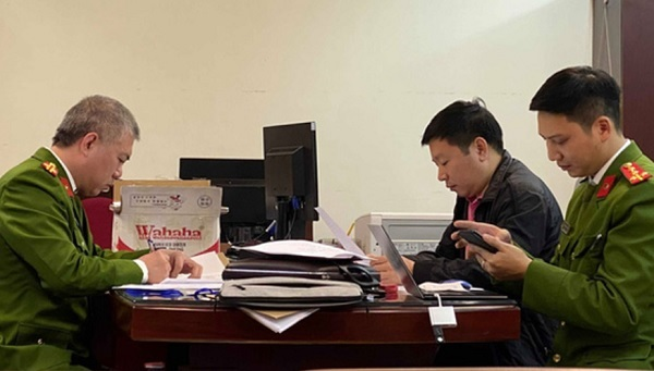 Lâm Đình Hưng (áo đen) - Giám đốc Công ty TNHH xuất nhập khẩu Hà Bắc