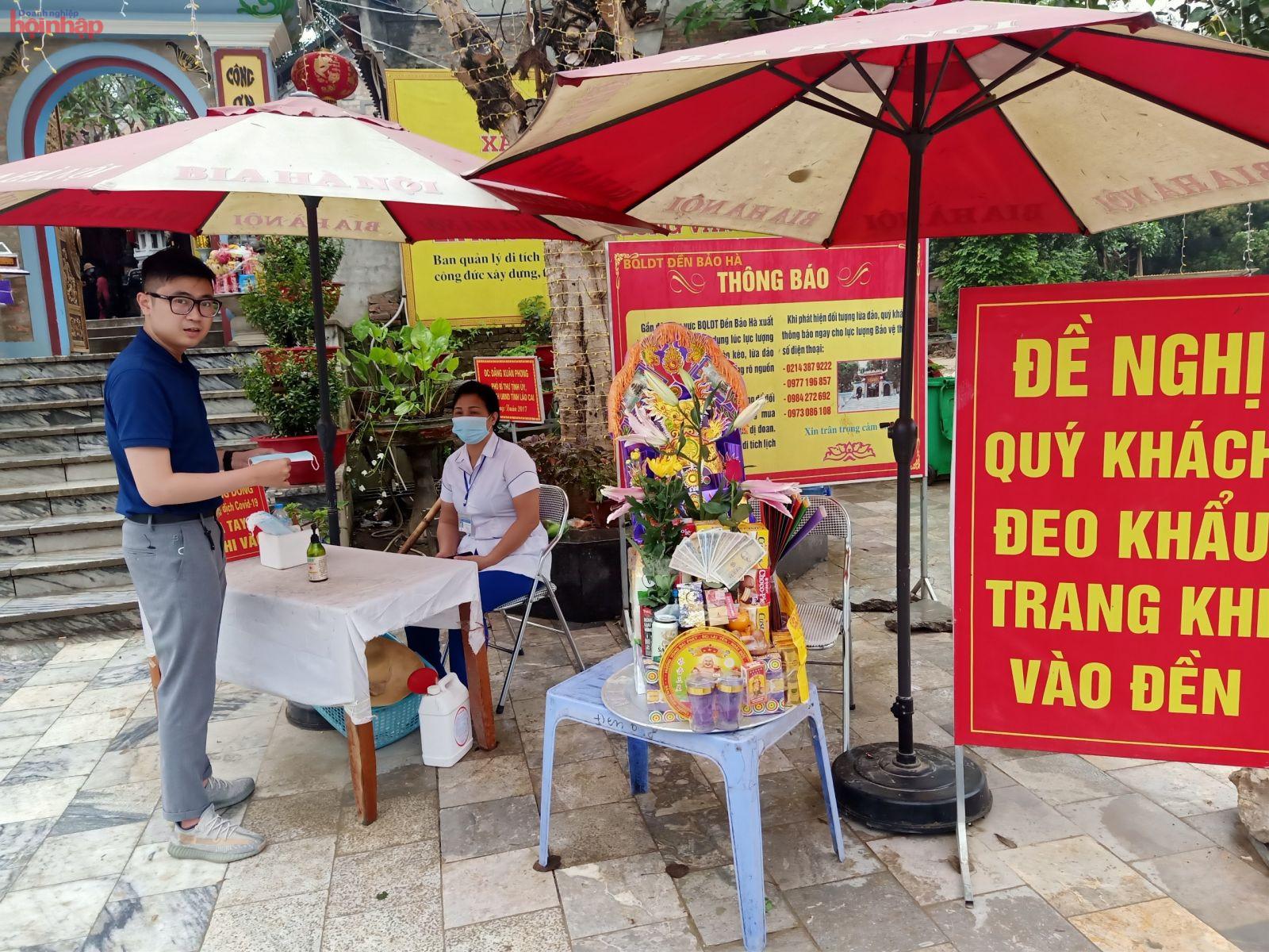 Khách tới nhận khẩu trang miễn phí ngay tại cổng đền Bảo Hà