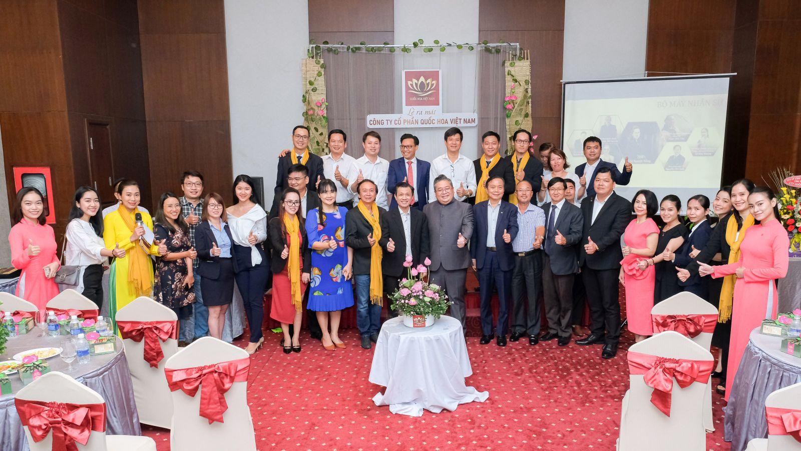 Các đại biểu tham dự Lễ ra mắt chụp ảnh lưu niệm bên đóa hoa sen - Biểu tượng của Công ty Quốc Hoa Việt Nam