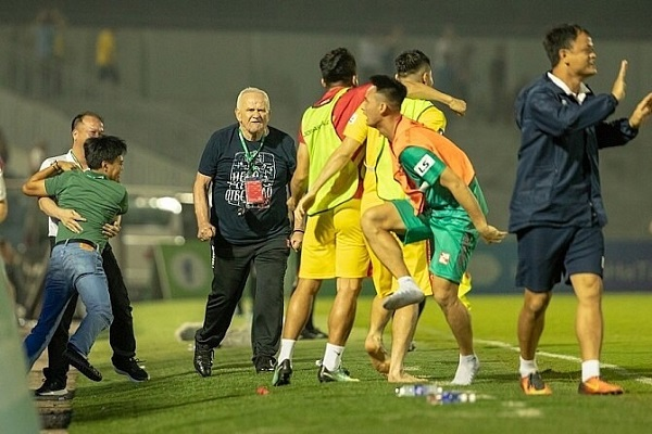 Đội bóng Đông Á Thanh Hóa thắng đậm Hồng Lĩnh Hà Tĩnh (5-3) sau màn rượt đuổi tỷ số ngoạn mục, nhiều cảm xúc