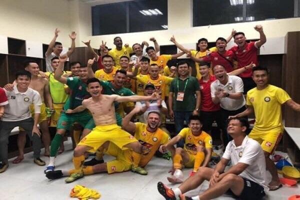 HLV và các cầu thủ Đông Á Thanh Hóa ăn mừng chiến thằng ( ảnh Báo Hà Tĩnh)