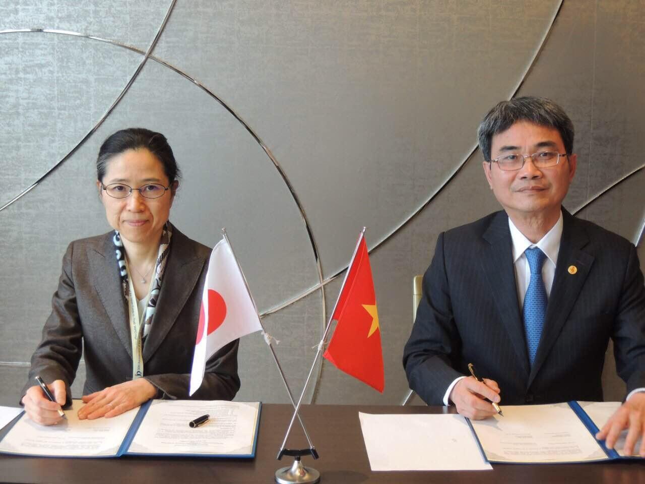 Cục trưởng Đinh Hữu Phí và Tổng Cục trưởng Naoko Munakata ký kết Thỏa thuận hợp tác giữa Cục Sở hữu trí tuệ và Cơ quan Sáng chế Nhật Bản.