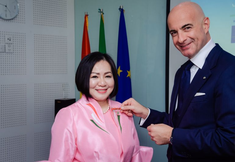 """""""Bà trùm"""" thời trang Việt – Trang Lê được Tổng thống Italia tặng huân chương"""