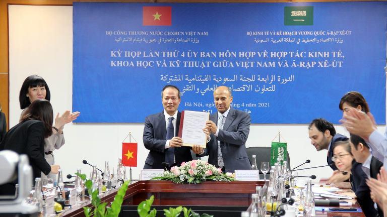 Thứ trưởng Bộ Công Thương Cao Quốc Hưng, (tại điểm cầu Hà Nội) và Thứ trưởng Bộ Kinh tế và Kế hoạch Ả-rập Xê-út (tại điểm cầu Riyalh) đã cùng nhau ký Biên bản Kỳ họp kết thúc tốt đẹp Kỳ họp lần thứ 4 Ủy ban hỗn hợp Việt Nam - Ả-rập Xê-út