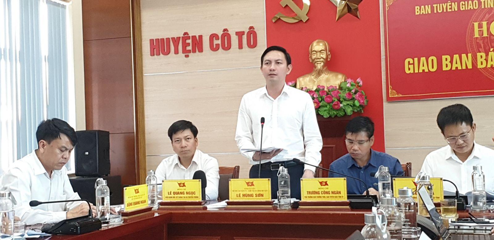 Ông Lê Hùng Sơn – Bí thư, Chủ tịch UBND huyện Cô Tô trao đổi với các cơ quan báo chí tại hội nghị.