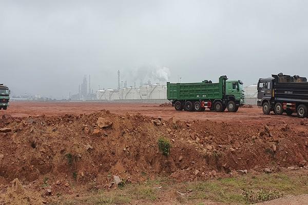 Một số đối tượng khai thác đất trái phép ở dự án Nhà máy nhiệt điện Công Thanh