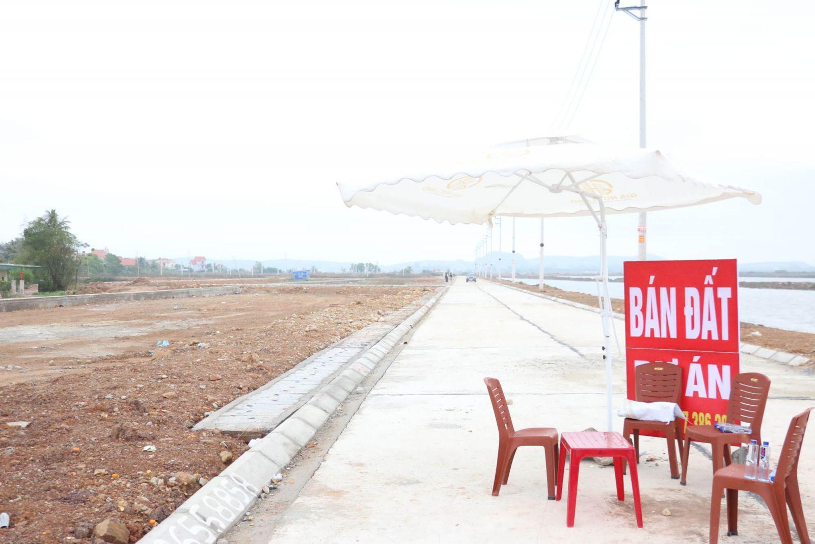Bàn ghế được người môi giới đất đặt ở khu vực Thống Nhất, phường Tân An để tiện môi giới, giao dịch đất.