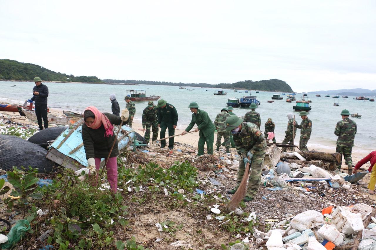 Lấy bảo vệ môi trường làm kim chỉ nam để phát triển du lịch, Bộ đội biên phòng Cô Tô có nhiều hành đồng thiết thực cùng người dân, chính quyền địa phương chung tay làm sạch đảo Cô Tô
