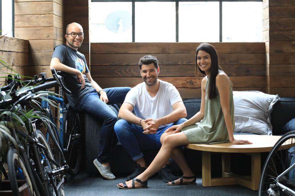 Các nhà đồng sáng lập Canva Cameron Adams (trái), Cliff Obrecht (giữa) và Giám đốc điều hành Melanie Perkins (phải) đã đạt mức định giá 15 tỷ USD cho công ty phần mềm thiết kế Úc của họ. CANVA