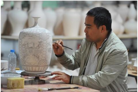 Bát Tràng (Hà Nội): Nghề thư pháp nét đẹp truyền thống cần phải giữ gìn