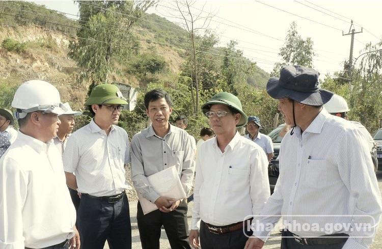 Ông Nguyễn Tấn Tuân - Phó Bí thư Tỉnh ủy, Chủ tịch UBND tỉnh (thứ 2 từ phải qua) kiểm tra thực tế Dự án Tỉnh lộ 3.