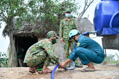 Bộ Chỉ huy quân sự tỉnh Kiên Giang cấp nước cho người dân vùng hạn, mặn