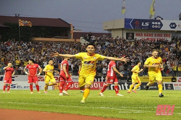 Hoàng Đình Tùng nâng tỷ số lên 3-0 cho Đông Á Thanh Hóa