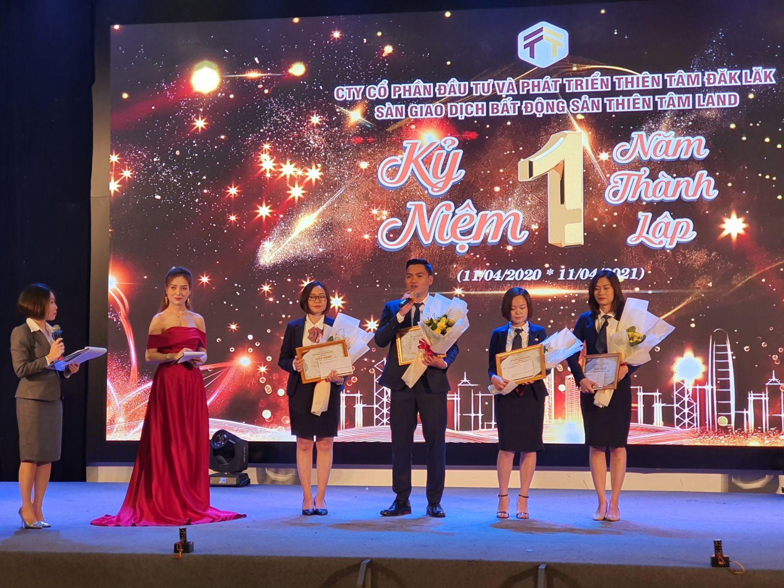 Những cá nhân xuất sắc trong lĩnh vực kinh doanh bất động sản của công ty Thiên Tâm Land được tôn vinh tại Lễ Kỷ niệm 1 năm thành lập.