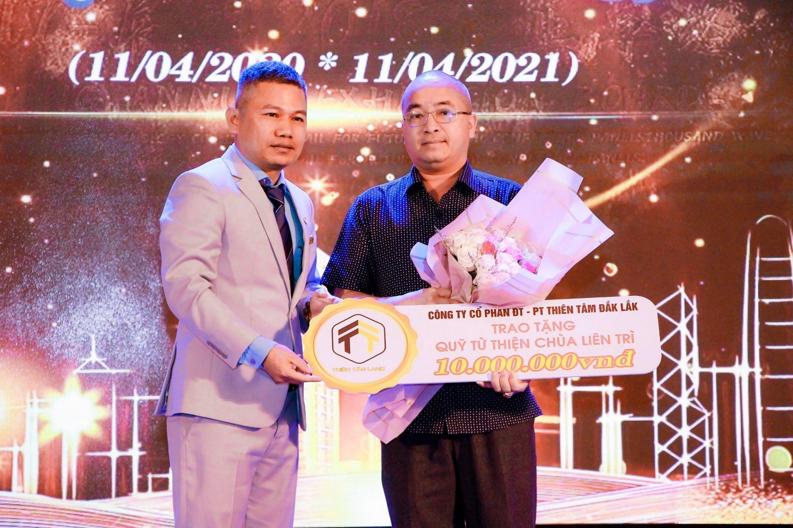 Ông Lê Thế Quân - Chủ tịch HĐQT, Tổng giám đốc công ty Thiên Tâm Land trao tượng trưng 10 triệu đồng cho đại diện Quỹ từ thiện chùa Liên Trì
