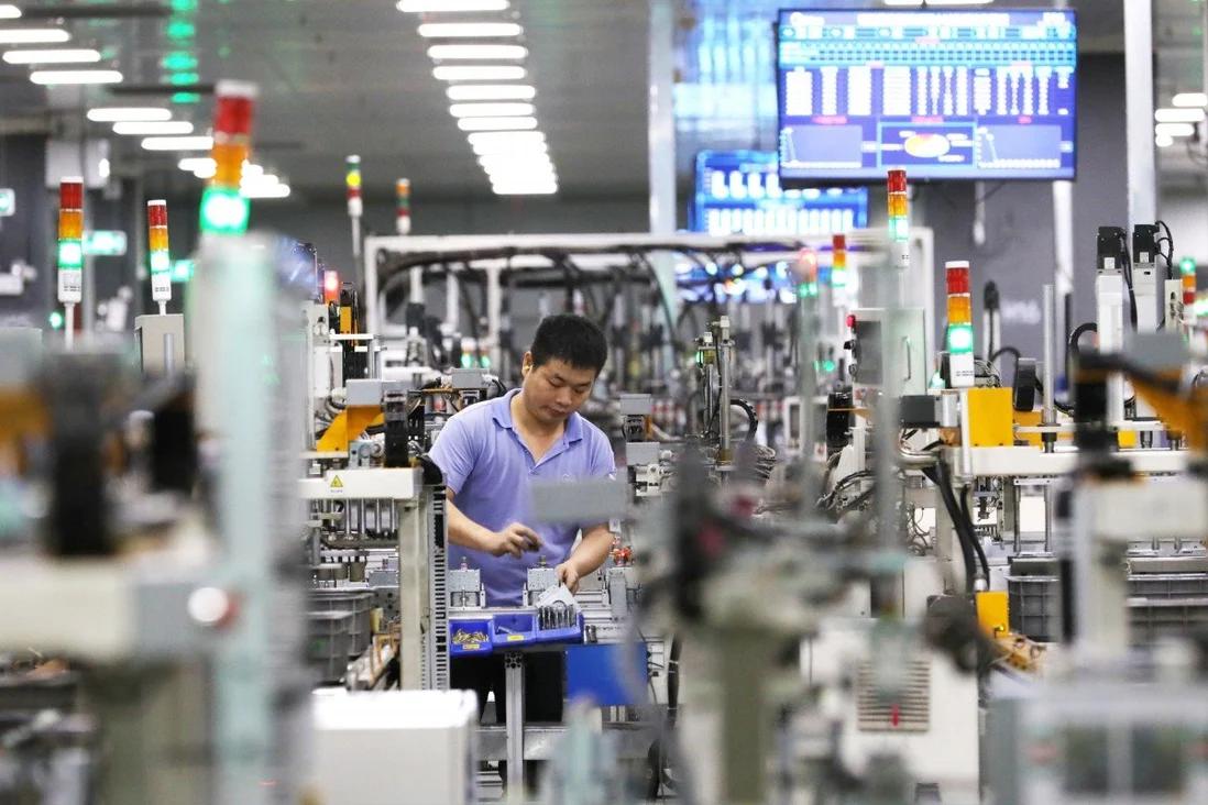 Một công nhân được nhìn thấy tại nhà máy sản xuất lò vi sóng của tập đoàn thiết bị gia dụng khổng lồ Midea Group ở Phật Sơn, một thành phố ở tỉnh Quảng Đông, miền nam Trung Quốc, vào ngày 1 tháng 4 năm 2021. Ảnh: Xinhua