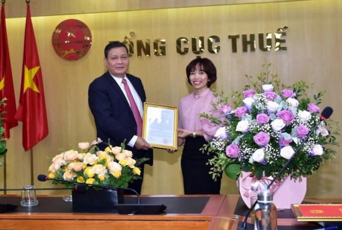 Phó Tổng cục trưởng Phi Vân Tuấn trao quyết định bổ nhiệm cho bà Nguyễn Kim Thái Linh