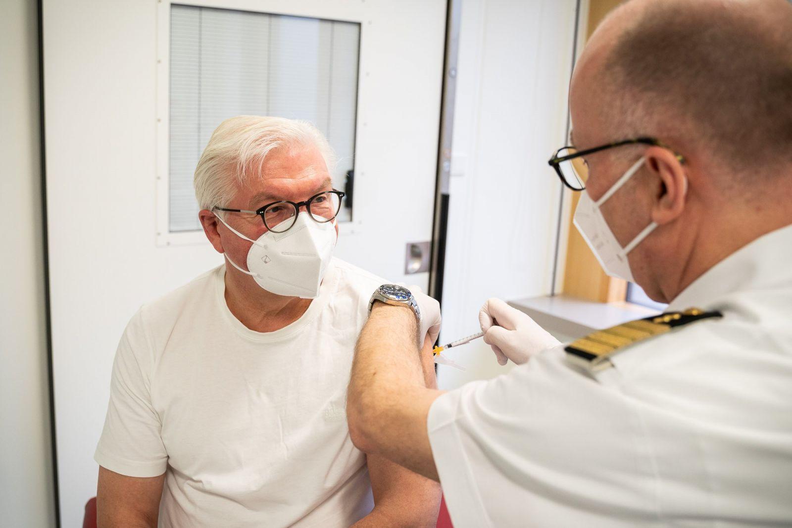 Tổng thống Đức Frank-Walter Steinmeier nhận mũi tiêm vắc xin AstraZeneca đầu tiên ngày 1-4 - Ảnh: TWITTER