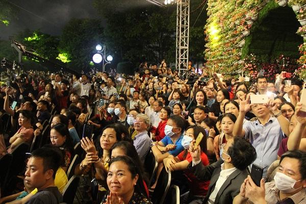 Đông đảo du khách tham gia lễ hội Hoa FLC Sầm Sơn