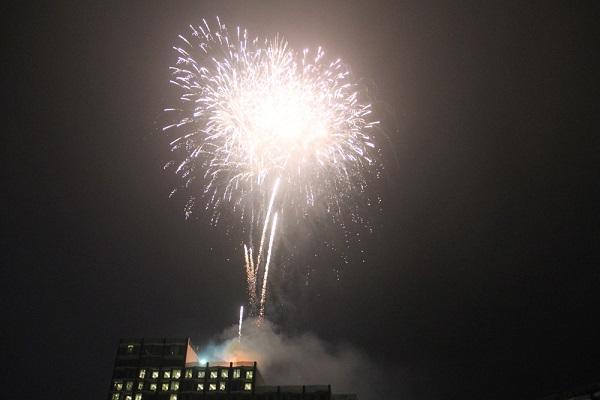 Màn pháo hoa ấn tượng để lại nhiều cảm xúc trong lòng du khách khép lại đêm khai mạc lễ hội Hoa FLC Sầm Sơn 2021