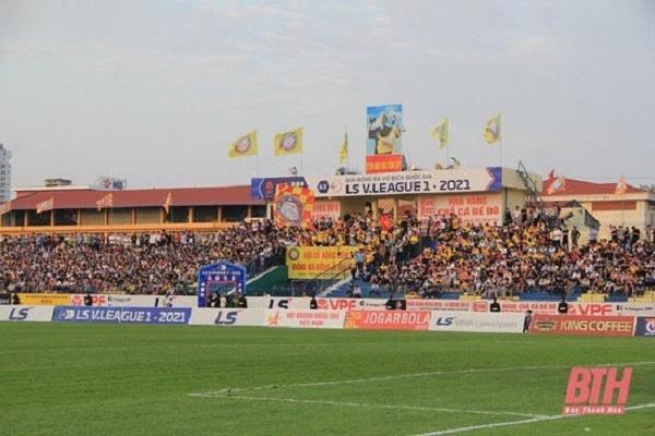 CĐV Thanh Hóa tràn ngập sắc vàng mỗi khi đội nhà thi đấu