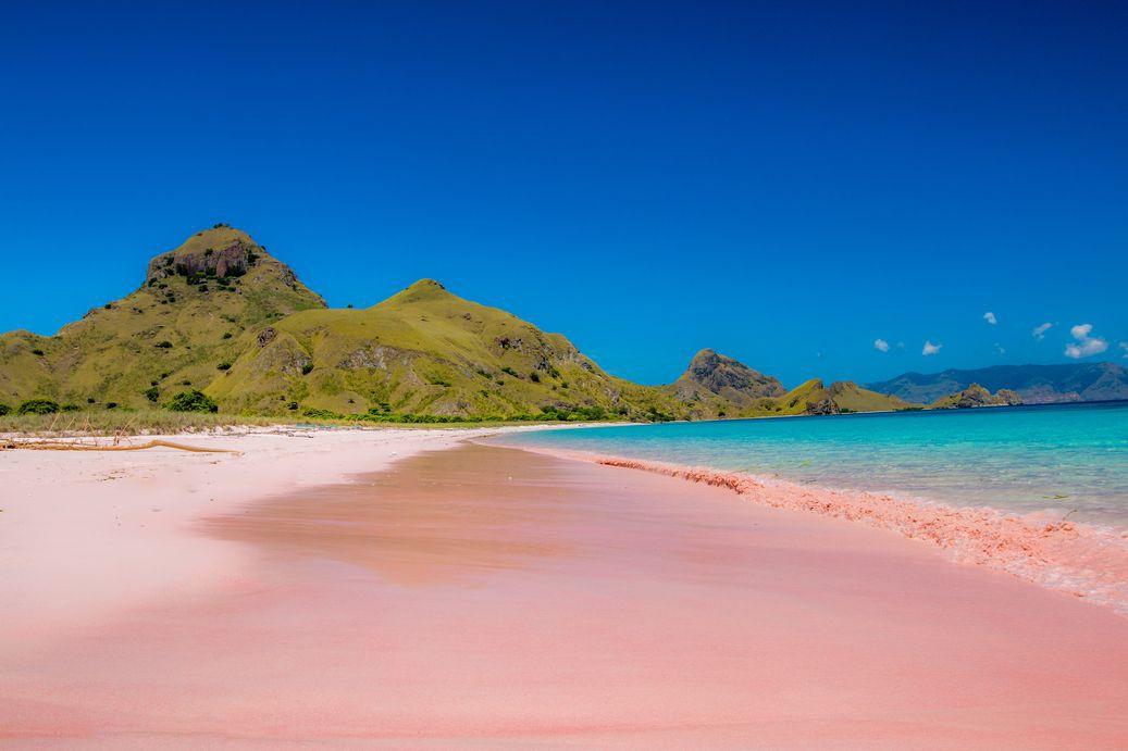 Những bãi biển có cát màu khác lạ