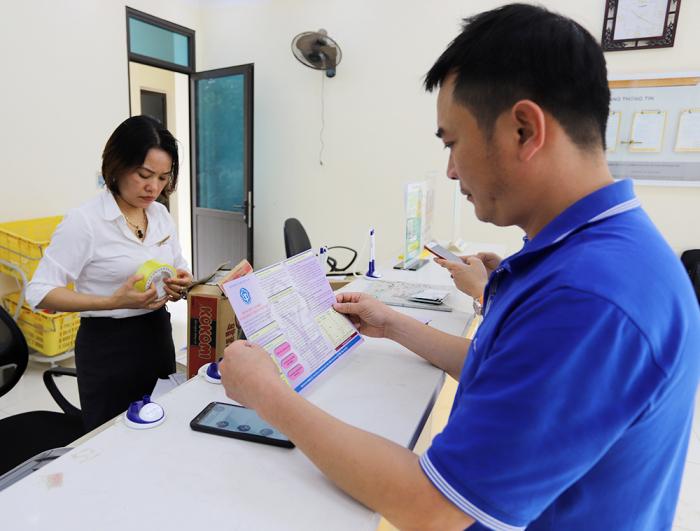 Người dân xã Hoàng Xá, huyện Thanh Thủy (Phú Thọ) đóng BHXH tự nguyện tại bưu điện.