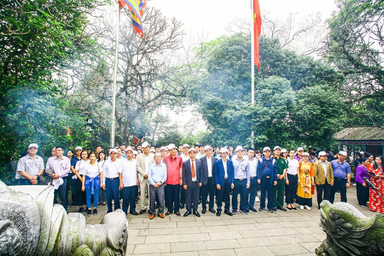 Các đại biểu dâng hương tại Đền Thượng.