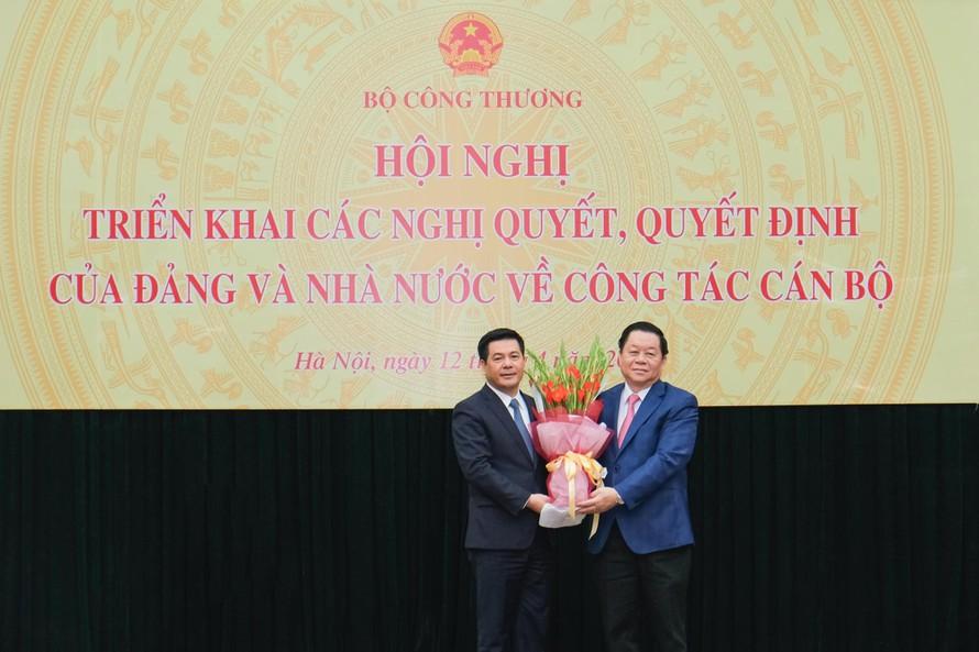 Ông Nguyễn Trọng Nghĩa (phải) tặng hoa cho tân Bộ trưởng Nguyễn Hồng Diên