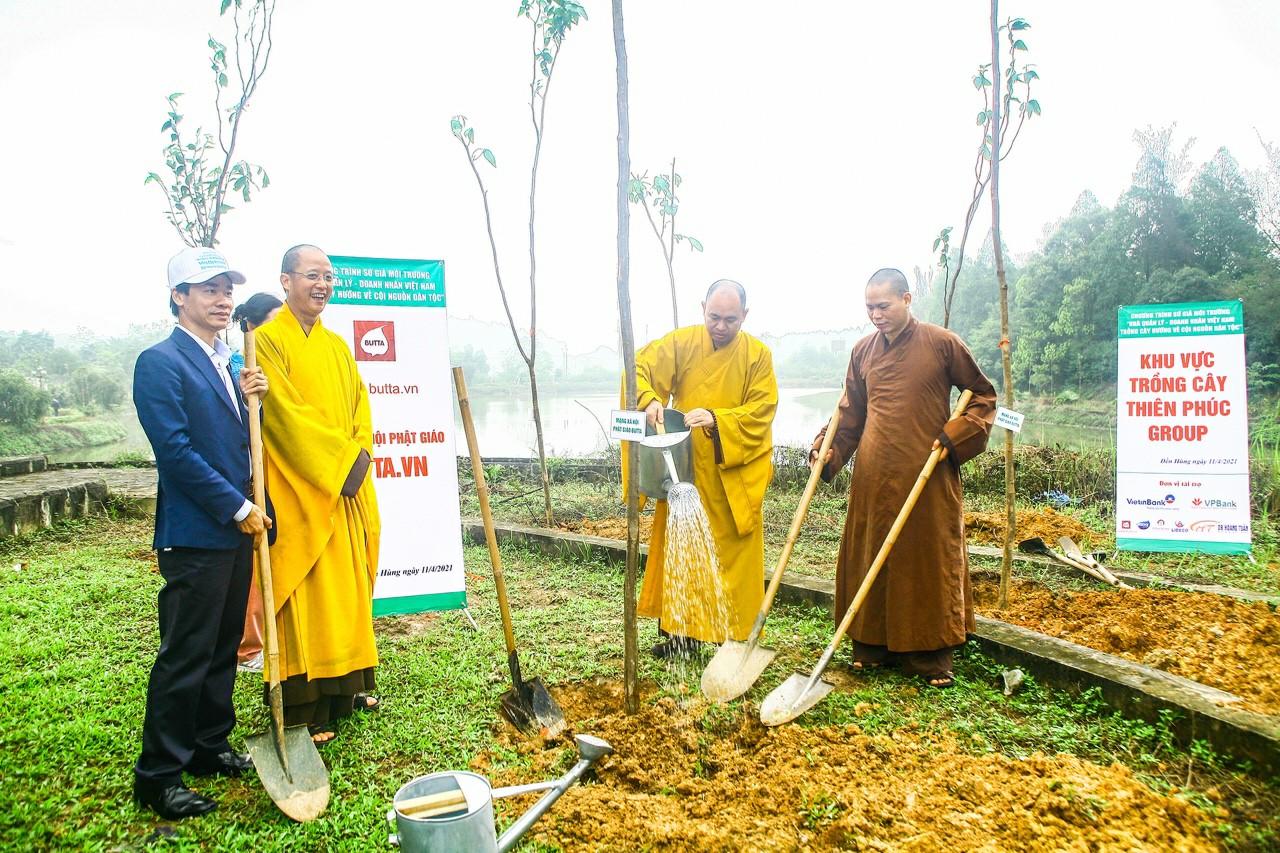 Thượng tọa TS. Thích Đức Thiện Phó chủ tịch – Tổng Thư ký Hội đồng Trị - Giáo hội Phật giáo Việt Nam Trưởng Ban Phật giáo Quốc tế Trung ương - Giáo hội Phật giáo Việt Nam đang tưới cây.