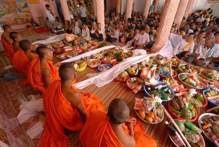 Các gia đình trong ngày đón năm mới thứ hai lễ Tết Chol Chnam Thmay sẽ nấu cơm dâng lên các nhà sư (nguồn: Internet)