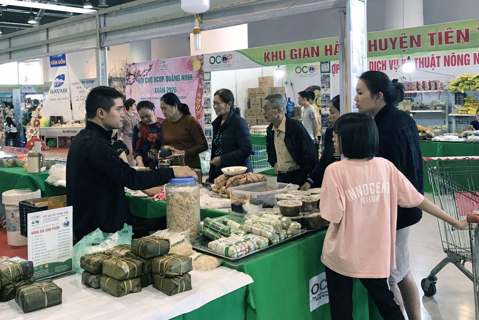 Hội chợ OCOP Quảng Ninh luôn thu hút đông đảo khách tham quan và mua sắm.
