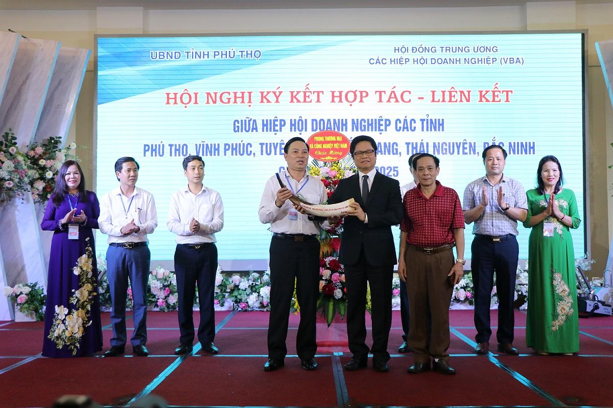 Tiến sĩ Vũ Tiến Lộc tặng chiếc tù và, ý nghĩa là người tiên phong... cho Chủ tịch Hiệp hội Doanh nghiệp Nhỏ và Vừa tỉnh Phú Thọ.